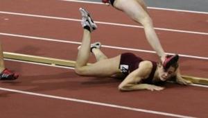 Běžkyně bolestivě spadla během finále. To, co udělala potom, šokovalo každého!