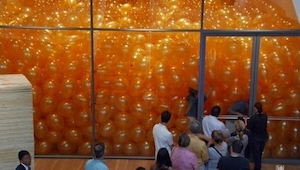 Byli požádáni, ať vejdou do místnosti naplněné balónky. Nečekali, že dostanou ta