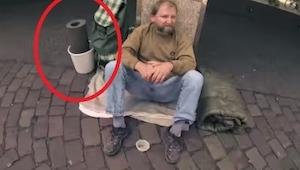 Zeptal se bezdomovce, jestli si to může půjčit. To co se stalo potom, je krásné.