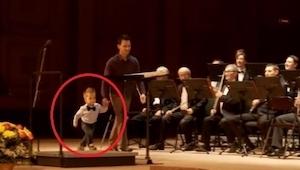 4letý vyšel na pódium a připojil se k orchestru. Ten má talent!