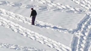 Vypadá to, jako kdyby se jen kráčel po sněhu. Při pohledu z dálky však uvidíte ú