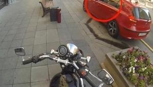 Tento řidič neměl tušení, že vyhazování odpadků na chodník se mu takhle vymstí…