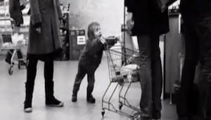 Matka na videu svému dítěti zřejmě neřekla, jak se slušně chovat v obchodě. Uděl