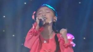 Má teprve 5 let, ale když začala zpívat, byli všichni v šoku