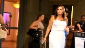Čekala před hotelem na manžela. Nevěděla, jaké překvapení pro ni připravil!