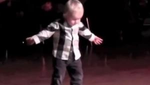 2letý chlapeček se postavil do středu místnosti. To, co udělal, nikdo nečekal!