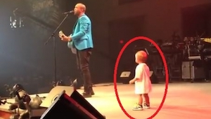 Chlapeček přišel na scénu, aby objal tátu. To, co udělal potom,si získalo srdce