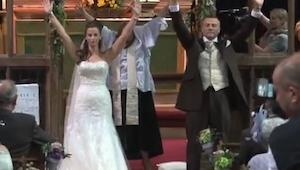Novomanželé se otočili a zvedli ruce. Nikdo nečekal, co za chvíli uvidí.