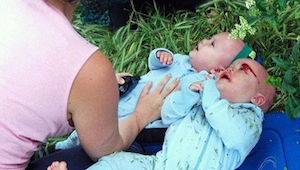 Šokující fotky z nehody! Opilý řidič srazil matku s kočárkem.