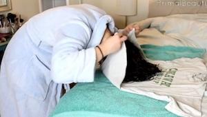 Ulehla ke spánku s mokrými vlasy zavinutými do trička. Ráno její vlasy vypadaly