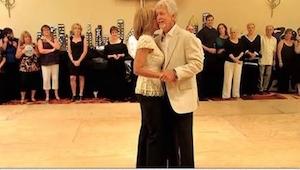 Starší pár vchází na taneční parket a všichni jsou jejich výkonem ohromeni!