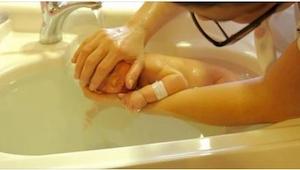 Ponořila dítě ve vodě. To, co se stalo později, je dojemné!