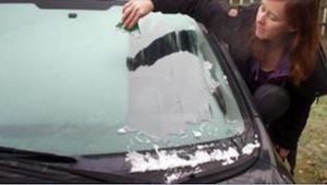 Zapomeňte na škrabku na zamrzlá okna! Díky tomuto triku máte po problému :)
