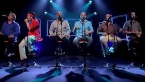Šest chlapů zazpívalo známý hit a poté co ten v červené košili vstal, udělal něc