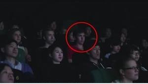 Přišla mu SMS zpráva, když seděl v kině ... To, co se stalo o pár vteřin později