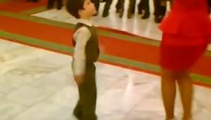 Chlapec požádal ženu o tanec, o chvilku později všechny naprosto okouzlili!