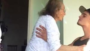 Mladý chlapec pečuje o svoji nemocnou babičku. Když zapnul radio? Musíte to vidě