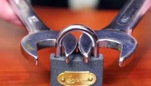 Chytil visací zámek pomocí dvou klíčů. A když je utáhl...Neuvěříte!