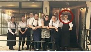 Zákazníci restaurace ho začali urážet, poté ale jeho nadřízený udělal něco neuvě