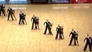 Tanečníci se postavili do řady, a když se rozdělili... Z toho ohromení jsem ztra