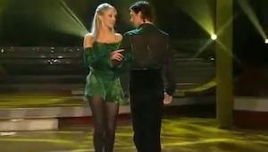 Žena ho chytá za ruku a otáčí ho. Ale podívej se na jeho nohy. Neuvěřitelné!