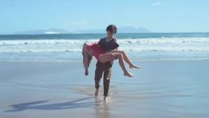 Chlapec zachránil dívku, ale konec tohoto filmu Tě velmi překvapí!