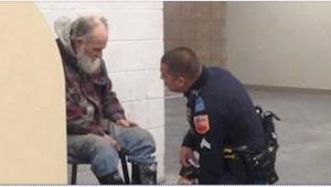 Policista měl vyhodit bezdomovce z obchodu. To, co místo toho udělal, je neuvěři
