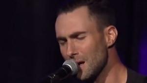 Začal zpívat píseň Purple Rain, ale podívejte se na jeho ruce!