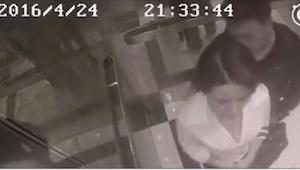 Ocitla se samotná ve výtahu s cizím mužem. To, co udělal, je strašné! Ale ještě