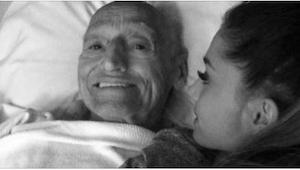 Dívka seděla vedle svého umírajícího dědečka. Když se otevřely dveře, nemohla uv