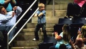 V polovině koncertu chlapec vchází na schody a začíná tančit... Po 10 vteřinách