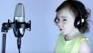 Jeho dcera začala zpívat hit z roku 1985. To musíš vidět!