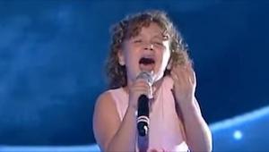 Na scéně se objevila tato drobná dívka. Když pak začala zpívat, všech zcela odro