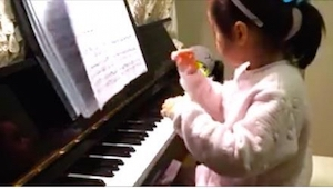 Z toho, jak tato holčička zahrála komplikovanou skladbu, nemáme slov!