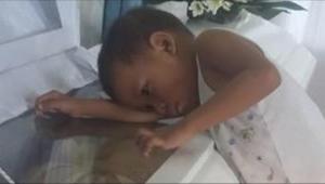 Dítě zažilo velkou tragedii... Neuvěříte, co se zeptalo na pohřbu mámy...