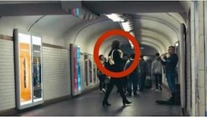 Většinu času si nikdo nevšímá muzikantů v metru... Kolem jednoho šla krásná dívk