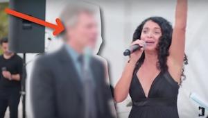 Když šel na svatbu, neměl ani tušení, že na ní bude muset i zpívat! Své pověsti