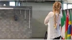 Je těžké uvěřit tomu, co dělá tato mladá dívka! Nebude ani zpívat, ani tančit.