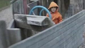 Otec natočil svého synka, jak si hraje na hřišti. Z toho, co se stalo o 5 sekund
