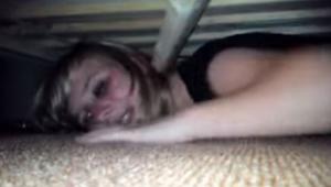 Ukryla se pod postel, aby zjistila, zda jí je přítel nevěrný. To, co se stalo po