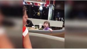 V McDonaldu byli svědky neobvyklé události... Podívejte se, co udělala tato holč