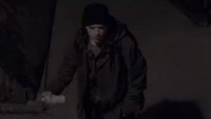 Silueta v kapuci dělá graffiti. Když uvidíte proč, potečou Vám slzy!