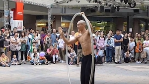 To, co za okamžik udělá tento pouliční umělec, vám vyrazí dech!