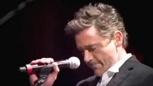 Když přišel na scénu aby zazpíval se Stingem, vypadal nervózně. Pak začal zpívat