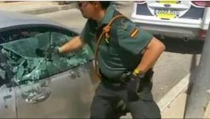 Policista rozbil okno v autě aby zachránil psa. Podívejte se, co se děje o někol