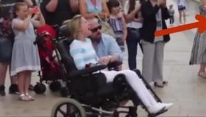 Cizí muž daroval květiny ženě na vozíku a když ji její manžel řekl o co se jedná