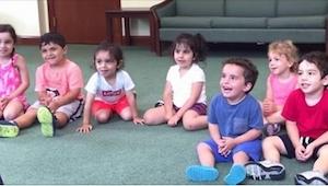 Učitelka hudební výchovy řekla dětem ať tleskají. Pozorně sledujte chlapečka v m