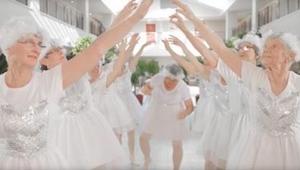 Devět 82letých žen oblečených v bílém tančí a zpívá. Sledujte babičku uprostřed!