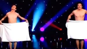 Když se na scéně objevila dvojice fešáků a měli na sobě jen ručníky, sál začal j