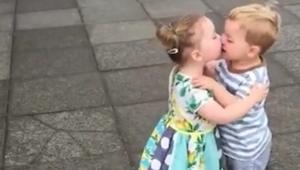 Holčička dala pusu chlapečkovi a pak se stalo něco, z čeho se nemůžu přestat smá